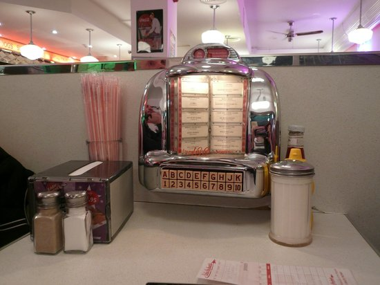 Eddie Rockets: Tavolo con piccolo jukebox
