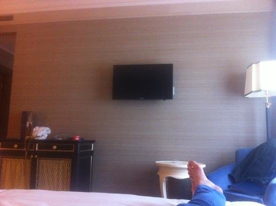 Ambasciatori Palace Hotel : bedroom tv and minibar cabinet