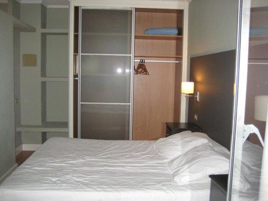 HG Tenerife Sur Apartments: armario habitación