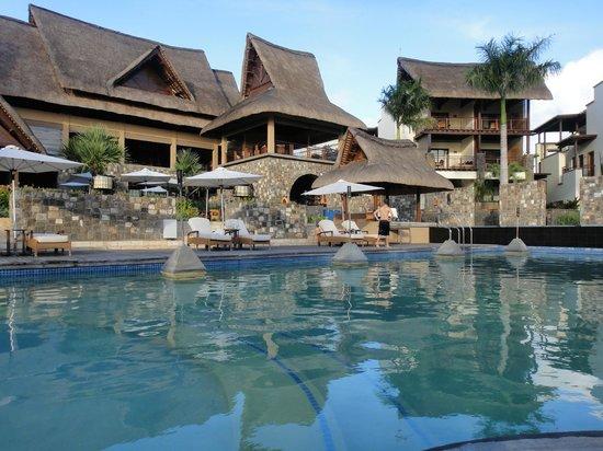 Angsana Balaclava Mauritius: piscine de l'hôtel devant le restaurant