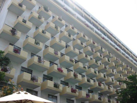 Golden Beach Hotel : Вид на отель с бассейна
