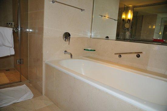 Renaissance Suzhou Hotel: washroom
