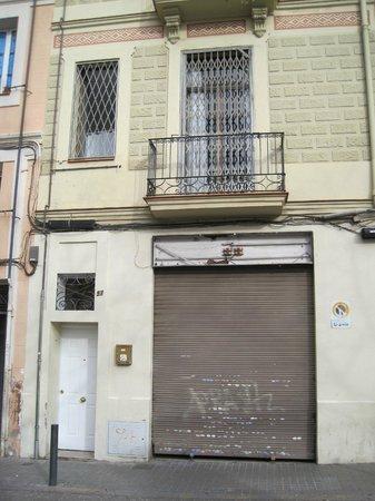 Caseta Gracia: no information sign on the facade