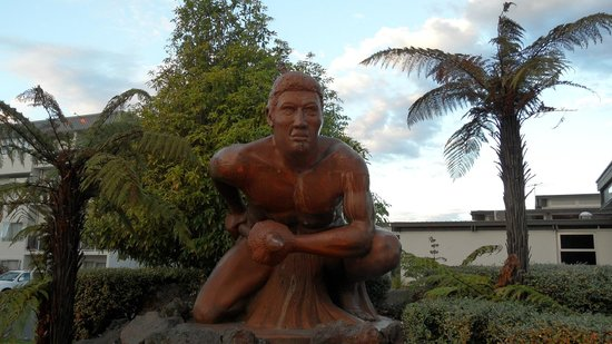 Copthorne Hotel Rotorua: statue in front of hotel