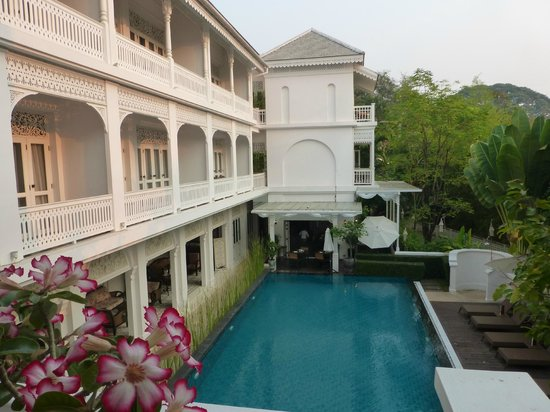 Ping Nakara Boutique Hotel & Spa: Pool by day (restaurant is at far end of the pool)