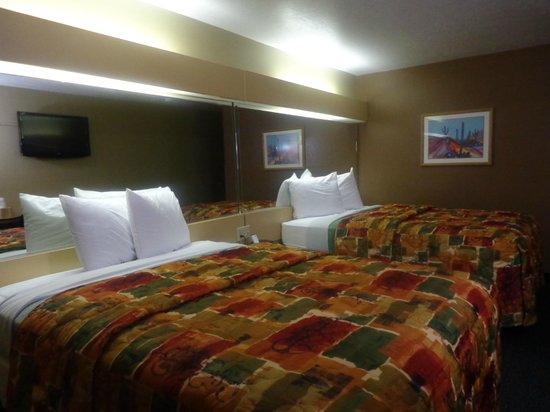 Desert Inn: Two Queen Beds