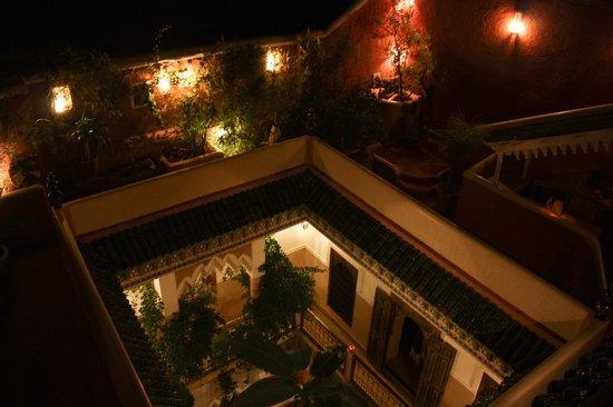 Riad Chraibi : La cour intérieure vue de la terrasse, de nuit