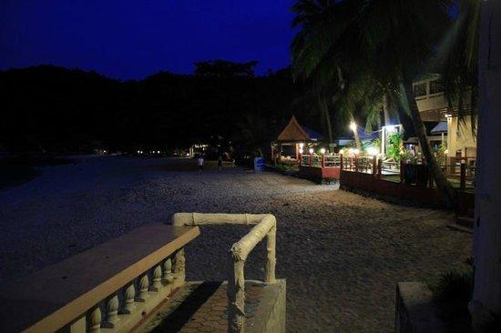 Crystal Bay Beach Resort: Beach at night