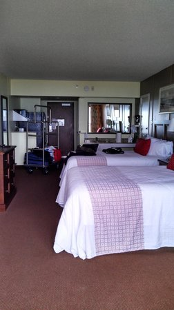 DoubleTree Resort by Hilton Myrtle Beach Oceanfront: 2 Queen beds & huge mirrors. Full fridge too. A womans paradise :-)