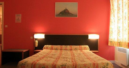 Hotel De La Tour Brette : chambre