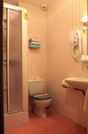 Hotel De La Tour Brette : salle de bain