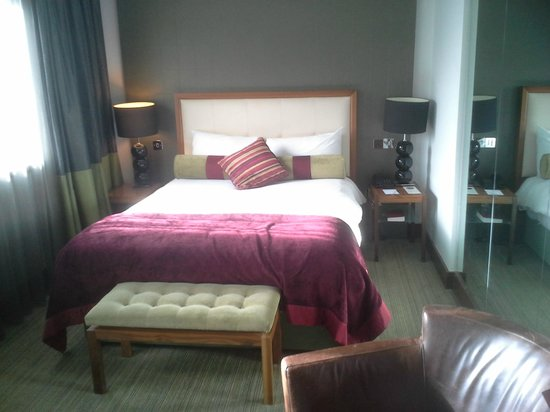 Rochestown Park Hotel: Bed and bedside locker