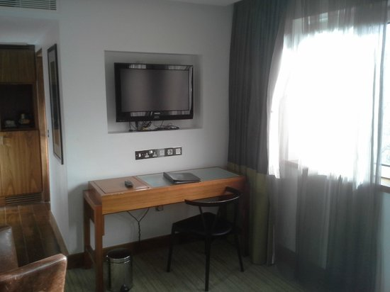 Rochestown Park Hotel: TV and desk