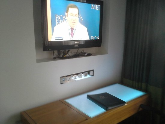 Rochestown Park Hotel: TV with desk fitted with nice blue light