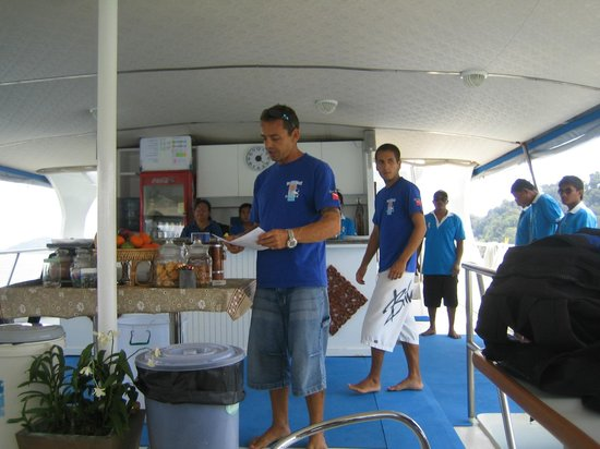West Coast Divers: organised and propre briefing before every dive