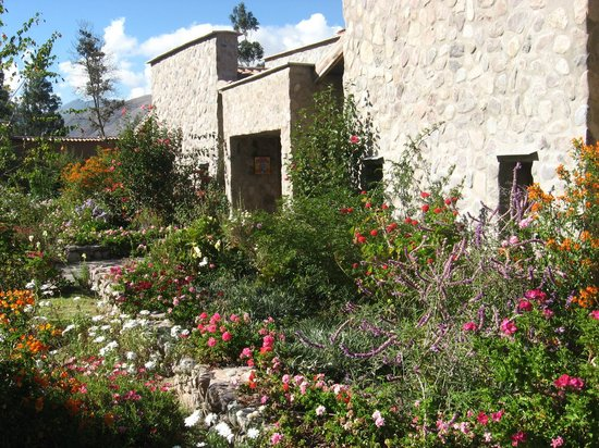 Sol y Luna - Relais & Chateaux: Flowers along the paths between cottages