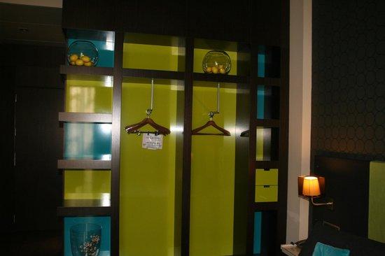 987 Barcelona Hotel: armario