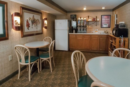 Econo Lodge Cherokee: Breakfast Area