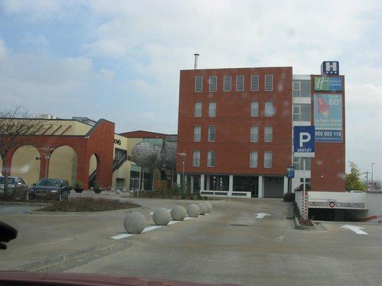 B&B Hotel Girona 3: Vista lateral desde el centro comercial