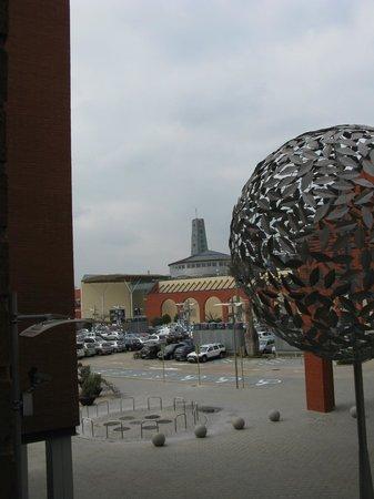 B&B Hotel Girona 3: Habitacion con vistas hacia el centro comercial.