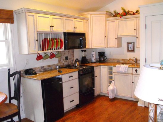 Bridge Street Cottages: Kitchen Area with real dishes