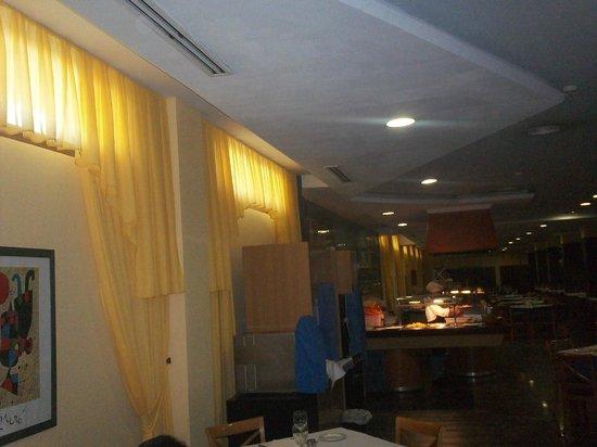 VIK Gran Hotel Costa del Sol: restaurant au sous sol tres sombre pour les 3e ages
