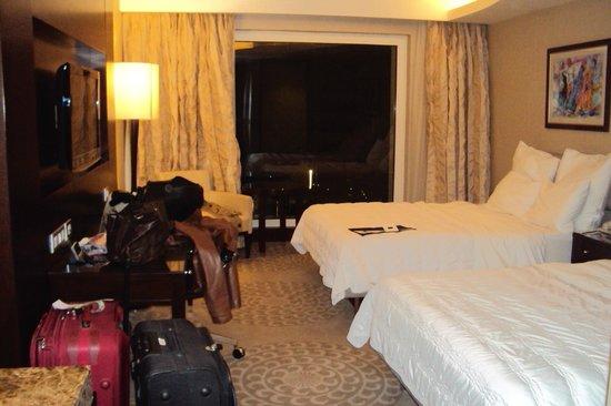 Le Meridien Pyramids Hotel & Spa: Habitación doble del hotel con gran ventanal.