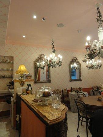 Peer Guest House: bar area