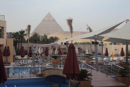 Le Meridien Pyramids Hotel & Spa: vista desde la piscina terraza del hotel.