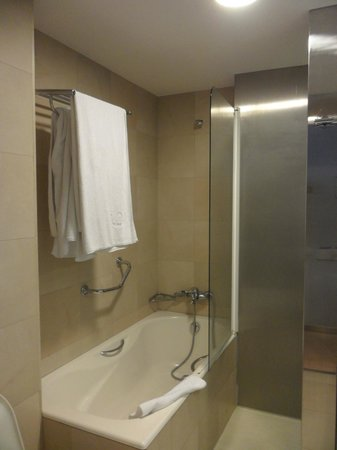 Ayre Hotel Caspe: Bath and shower
