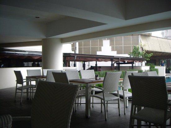 Aston Braga Hotel & Residence: Area sarapan pagi dekat kolam renang