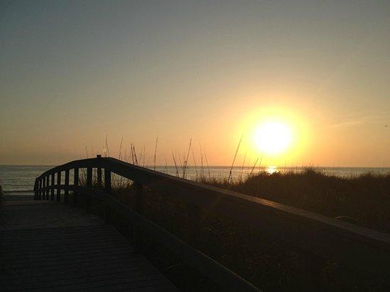 Sand Pebble Resort: Beautiful sunsets