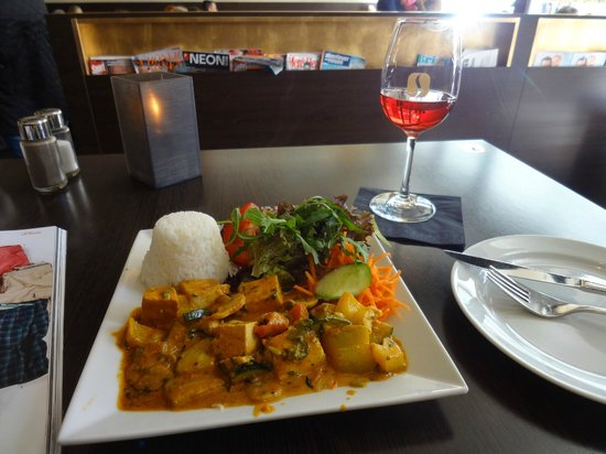 MOKKA: Tofu with rice and vegetables with side salad and rose wine