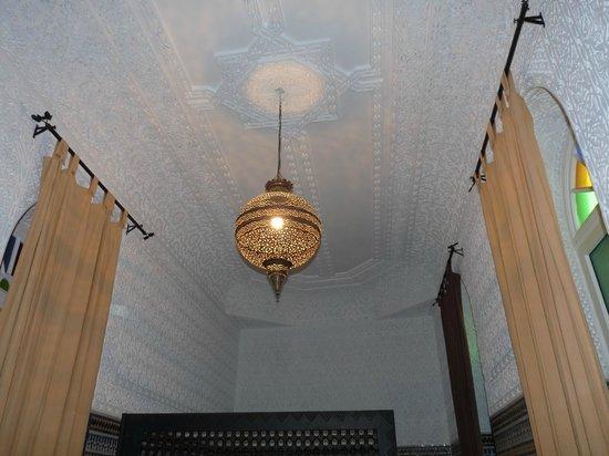 Riad Harmonie Maison d'hotes : Particolare del soffitto della camera