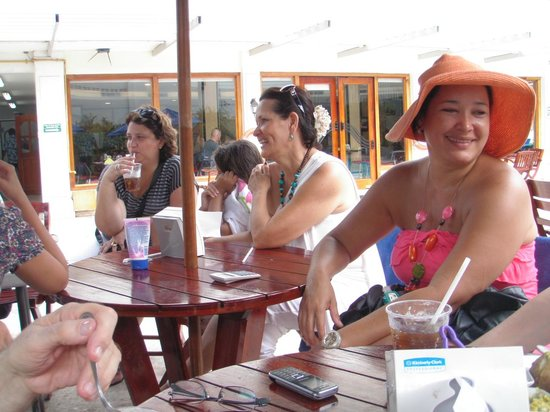Hotel Barranquilla Plaza: FAMILY/FRIENDS TIME AT THE TABLES BY THE POOL