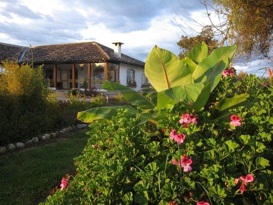 Hosteria Oro Azul: Garten mit dem Hotel im Hintergrund
