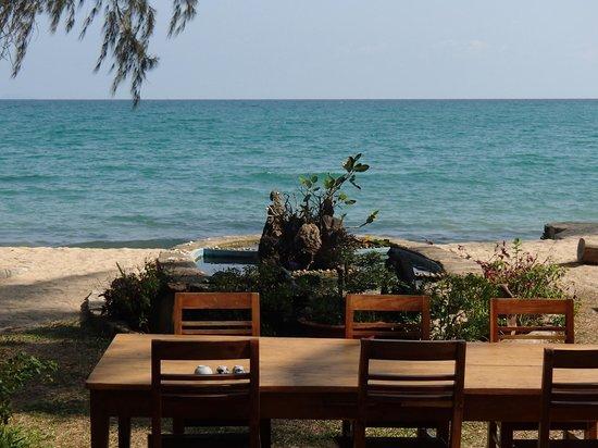 Bamboo Cottages & Restaurant: Restaurantbereich am Strand