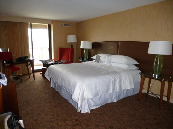 Sheraton Vancouver Airport Hotel: Large, clean bedroom - very comfortable