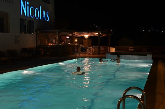 Nicolas Hotel Apartments: Pool am Abend