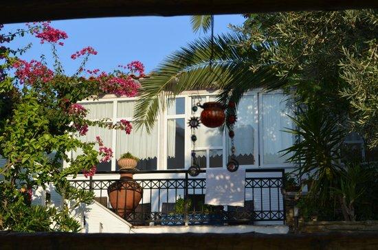 Nicolas Hotel Apartments: Garten zum Speiseraum