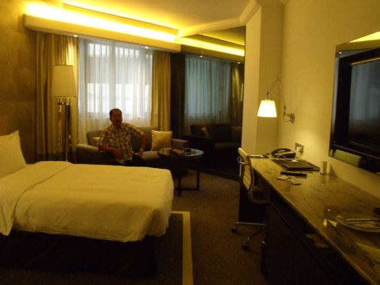 Gateway Hotel Hong Kong: me in my room