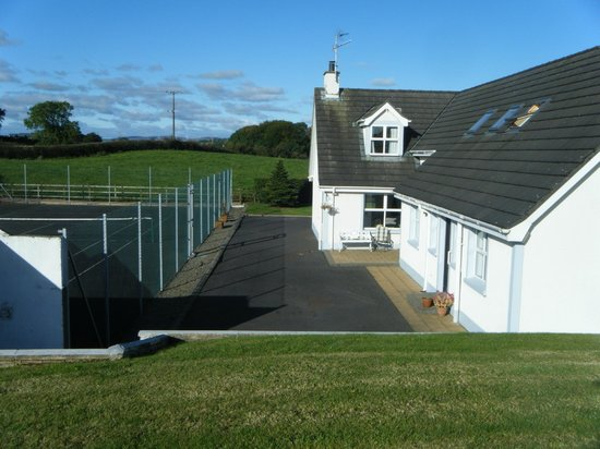 Limecourt Bed and Breakfast : Tennis court and private guest entrance