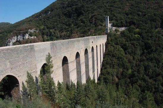 Spoleto, Italy: Vista frontale del Ponte