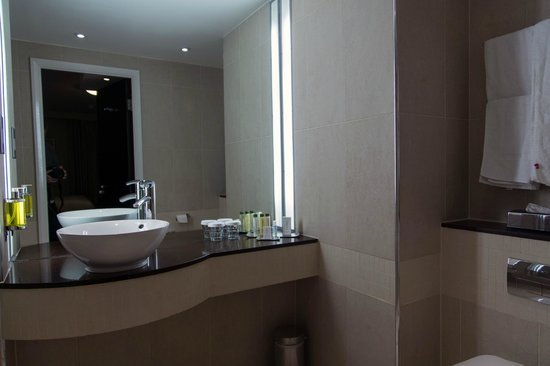 DoubleTree by Hilton London Heathrow: Sink area in the bathroom of our King Deluxe room