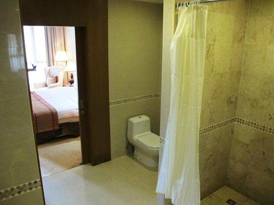 The Royale Chulan Kuala Lumpur: Cavernous bathroom