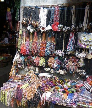 Ubud Shopping  Bijoux fantaisie au marché traditionnel d\u0027Ubud