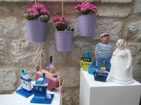 Kokula Art and Craft Shop: Handmade ceramic sculptures and wooden ships