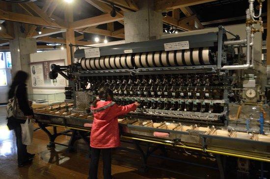 Komagane Silk Museum : 自動繰糸機