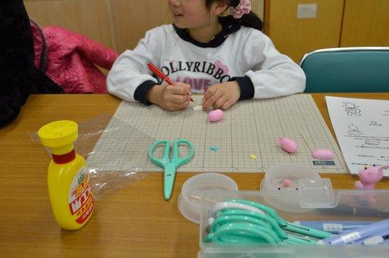 Komagane Silk Museum : 体験工房でまゆクラフトに挑戦中