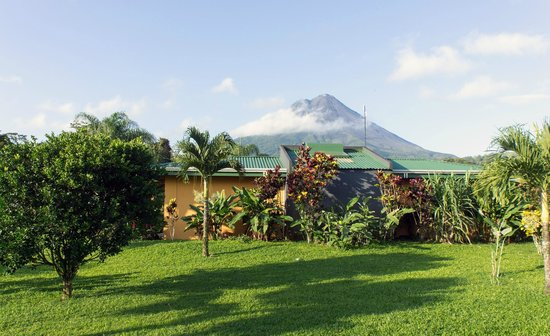 Arenal Manoa Hotel: View from our room (room 31) across to the volcano